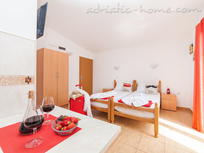 Studio apartment VIKTORIJA I, Buljarica, Montenegro - photo 4