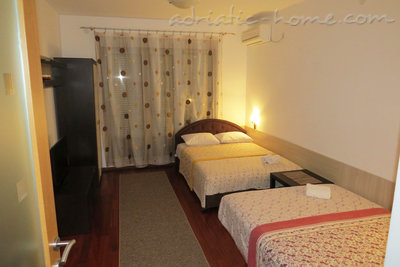 Studio apartment in center of Petrovac, Petrovac, Montenegro - photo 1