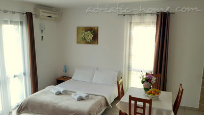 Apartments Gregovic III M&M 4-bed, Petrovac, Montenegro - photo 4